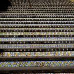 La famosa scalinata, rivestita con antiche ceramiche della tradizione locale.